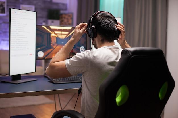 헤드폰을 끼고 있는 전문 슈팅 게임 플레이어. 경쟁적인 e스포츠.