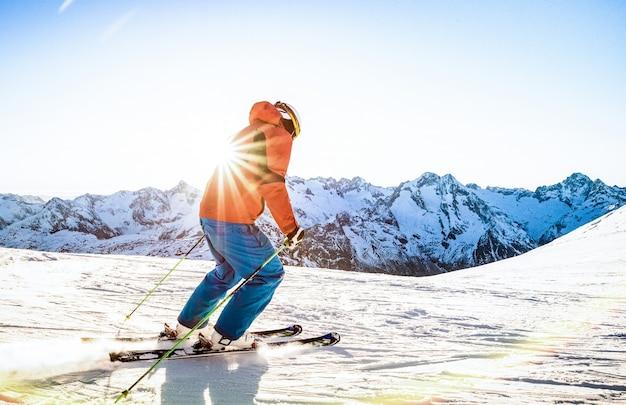 프랑스 알프스 스키 리조트 꼭대기에서 일몰에 스키를 타는 전문 스키 선수