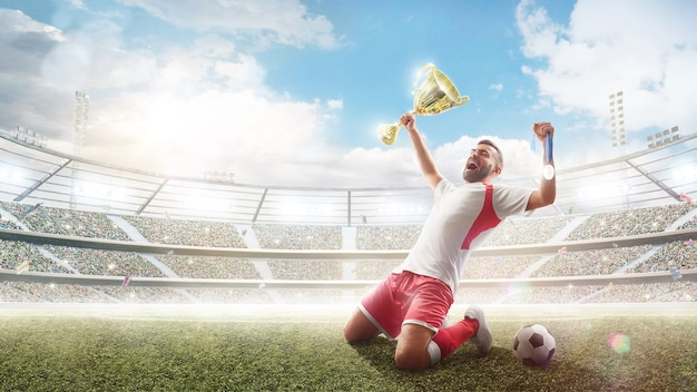 Профессиональный футболист празднует победу в футбольном матче