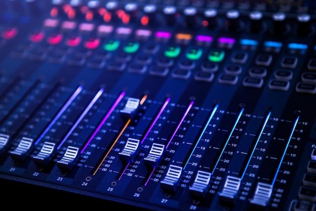 Профессиональная панель управления звуковым и звуковым микшером с кнопками и ползунками