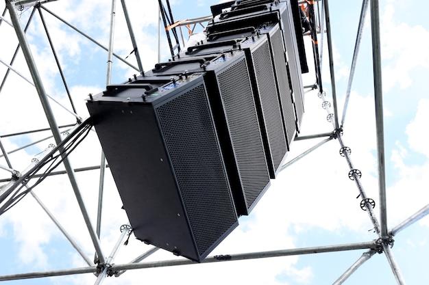 屋外イベント用に取り付けられたプロ仕様のサウンドスピーカー