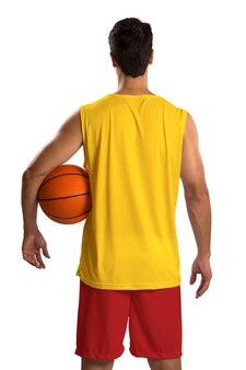 ボールを持つプロのスペインのバスケットボール選手。空白で隔離。