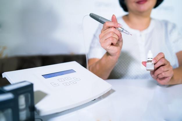 전문적인. 거짓 입술에 영구적인 문신을 제공하는 전문가 또는 인턴 교육. 고무 훈련 재료.