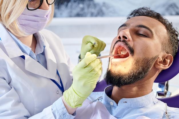 Профессиональный стоматолог в работе