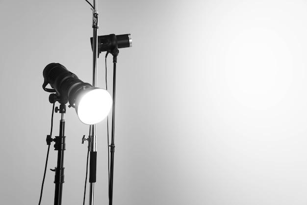 Профессиональные студийные вспышки освещают пустое пространство. фото высокого качества