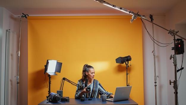 카메라 렌즈에 대한 새로운 에피소드를 기록하는 비디오 블로거의 전문 스튜디오 세트. 온라인 인터넷 웹 쇼를 위한 비디오 사진 장비를 말하는 소셜 미디어의 콘텐츠 제작자 뉴 미디어 스타 인플루언서