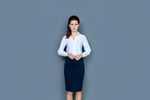 プロの成功。彼女の仕事で成功している間あなたを見て、笑っている陽気な自信を持って前向きな実業家
