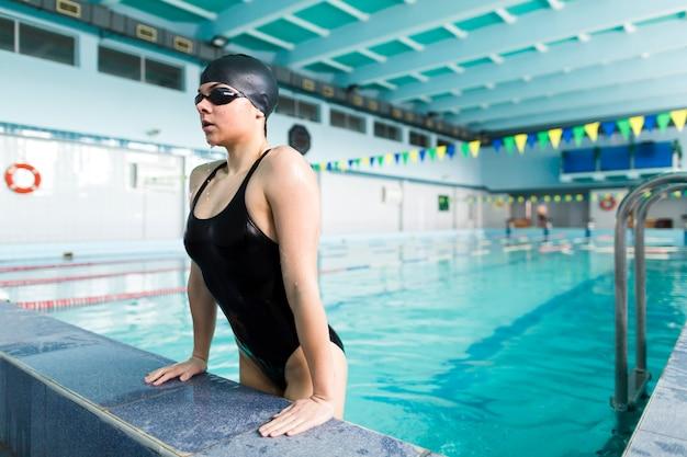 プロの水泳選手がプールから出る