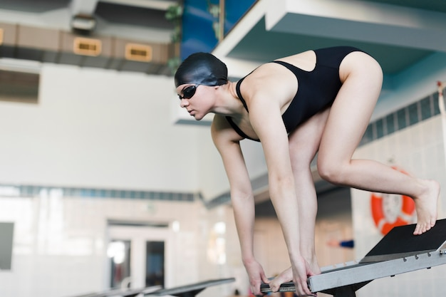 Профессиональный пловец готовится к прыжку