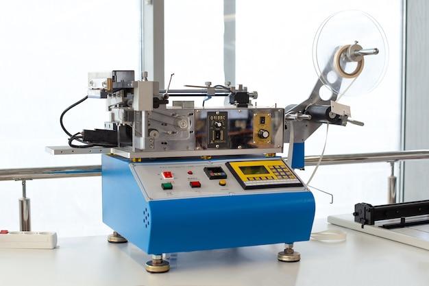 Профессиональное настольное оборудование на заводе blue china эластичная лента машина для холодной или горячей резки сатиновой ленты резак для этикеток или бирок