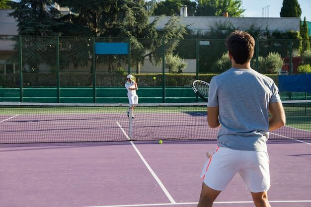 Профессиональные теннисисты играют в игру на теннисном корте
