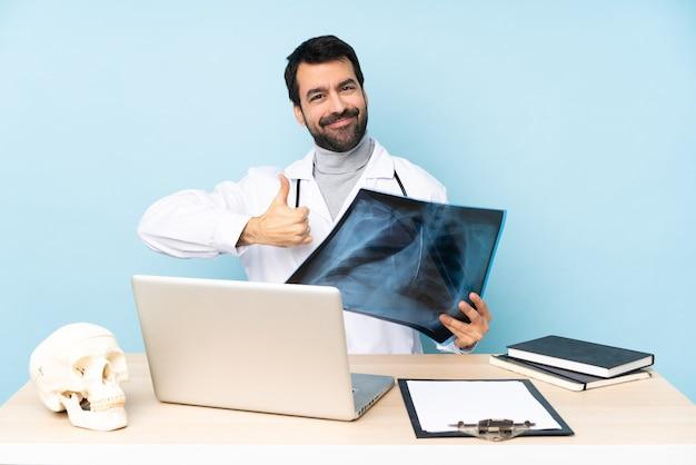 親指を立てるジェスチャーを与える職場のプロの外傷学者