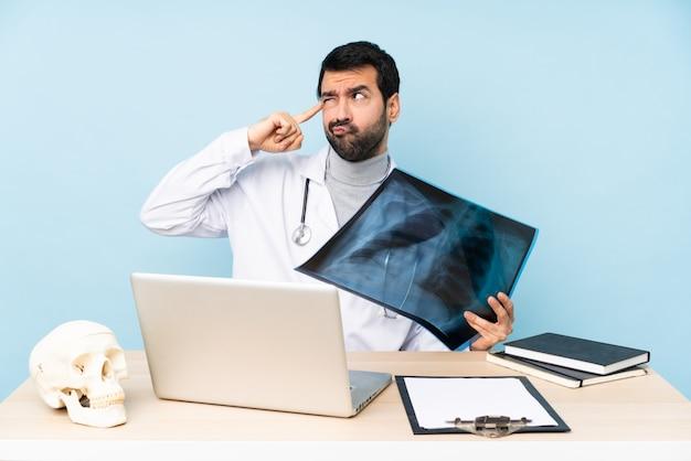 Профессиональный травматолог на рабочем месте с сомнениями и мышлением