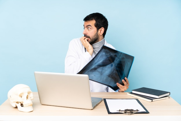 직장의 전문 외상 전문의는 긴장하고 입에 손을 대는 것을 두려워합니다.