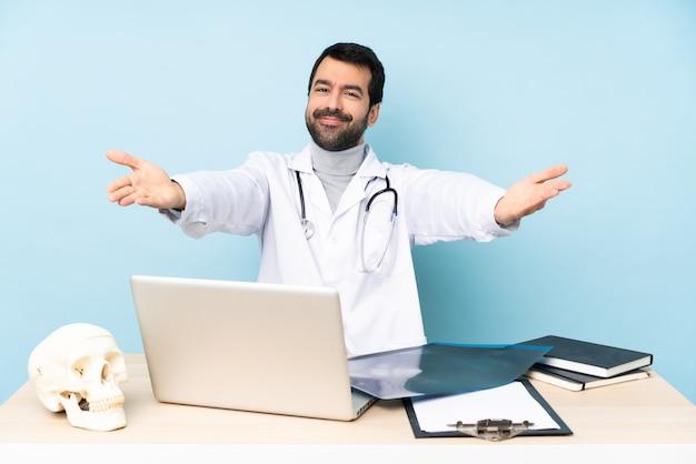 職場でプレゼンテーションを行い、手に来るように誘うプロの外傷医