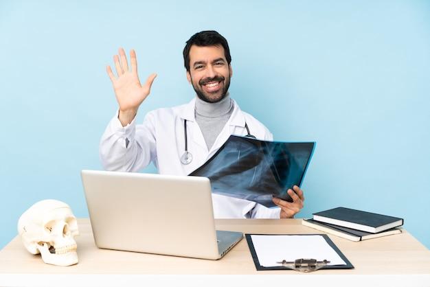 행복 한 표정으로 손으로 경례하는 직장에서 전문 외상 학자