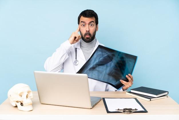 Профессиональный травматолог на рабочем месте думая идею