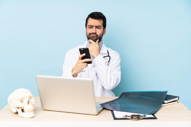 Профессиональный травматолог на рабочем месте мышления и отправки сообщения