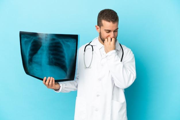 Профессиональный травматолог изолирован на синей стене, сомневаясь