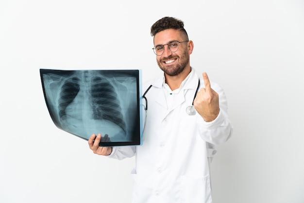 Профессиональный травматолог, изолированные на белом фоне, делает приближающийся жест