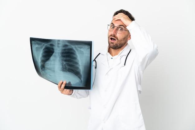 Профессиональный травматолог на белом фоне делает неожиданный жест, глядя в сторону