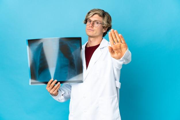 Профессиональный травматолог человек делает стоп-жест
