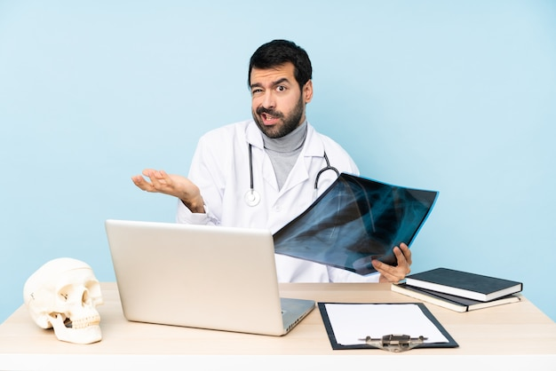 Professional traumatologist in workplace unhappy for not understand something