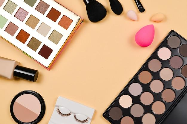화장품 미용 제품, 파운데이션, 립스틱, 아이 섀도우, 속눈썹, 브러시 및 도구가 포함된 전문적인 최신 유행 메이크업 제품.