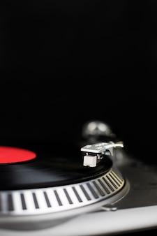 전문 턴테이블. 나이트 클럽에서 콘서트를위한 아날로그 무대 오디오 장비. 비닐 레코드에서 믹스 음악 트랙을 재생합니다. 턴테이블 니들 카트리지가 비닐 디스크를 긁습니다. 축제를위한 dj 설정