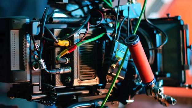 Videocamera professionale sul set del film con molti cavi