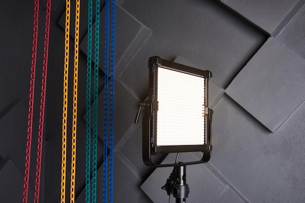 Профессиональная видеолампа на регулируемой световой стойке светодиодная лампа на штативе в фотостудии