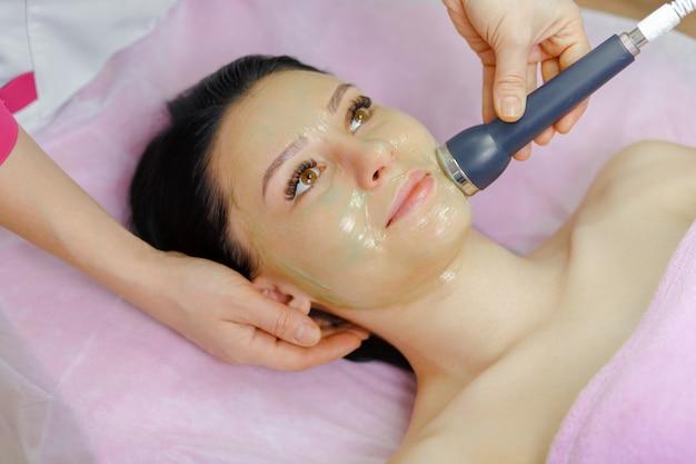 Профессиональные женщина с использованием ультразвукового аппарата