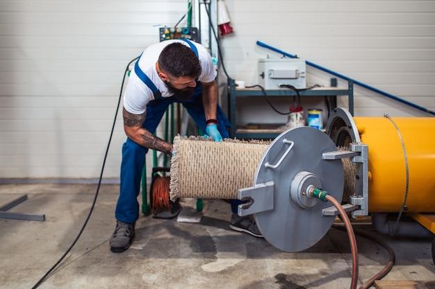 카펫 세탁 서비스에서 자신의 일을 하는 전문 노동자.