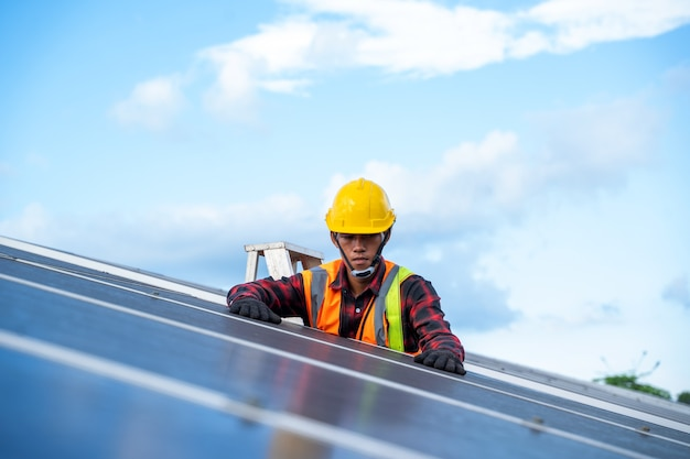 Профессиональный рабочий, работающий и устанавливающий солнечные панели на солнечной электростанции, инновационное решение для решения проблем энергии, использование возобновляемых ресурсов, зеленая энергия.