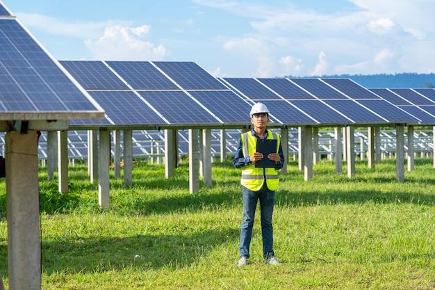 Профессиональный работник, работающий и устанавливающий солнечные панели, инновационное решение для решения проблем энергии, использование возобновляемых ресурсов, зеленая энергия.