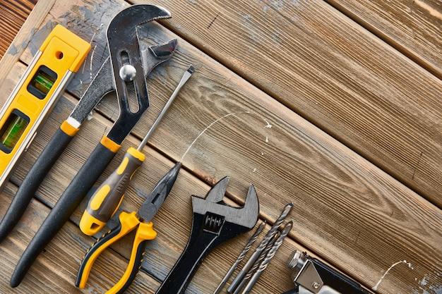 전문 워크숍 장비. 목수 도구, 빌더 장비, 스크루 드라이버 및 렌치, 말뚝 및 금속 가위, 쇠톱 및 스테이플러