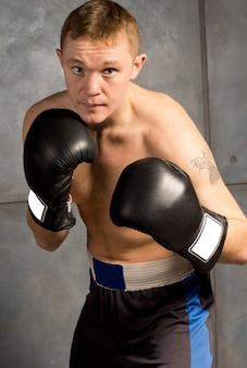 戦いのプロの若いボクサー
