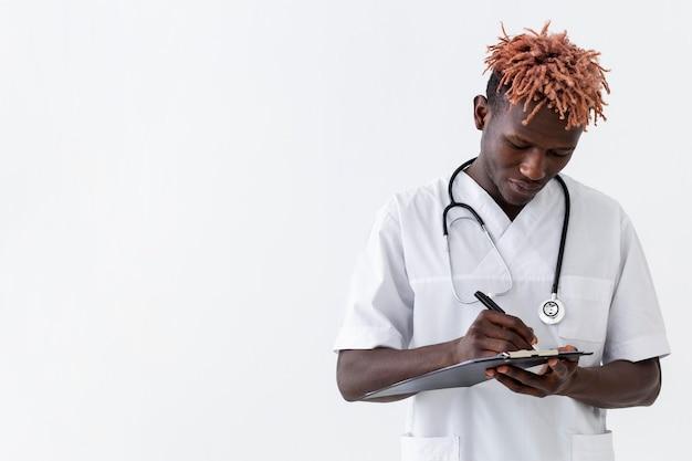 専門の若い医者コピースペース