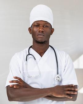プロの若い医者の肖像画