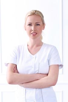 Professional. красивый косметолог с шикарным лицом