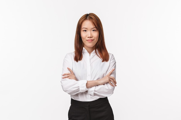 Professionals, career and business concept. serious-looking determined successful female entrepreneur in white collar shirt, cross hands chest self-assured, smiling and looking camera confident