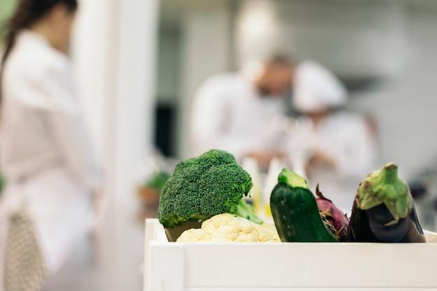 キッチンで一緒に料理をするプロのシェフ。