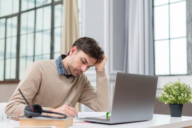 Профессор работает из дома на своем ноутбуке