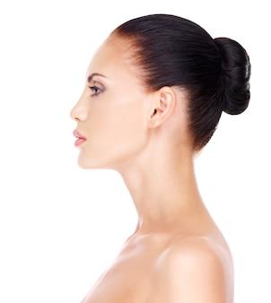 젊은 여자의 프로필 얼굴-흰색 배경에 고립