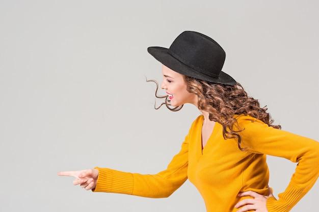 Il profilo della ragazza con il cappello