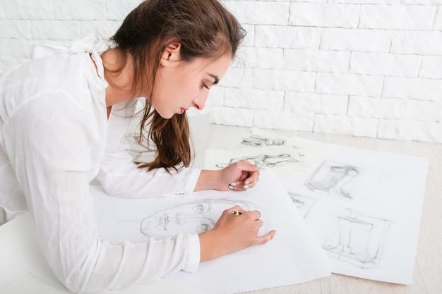ワークショップでスケッチを描く女性アーティストのプロフィール