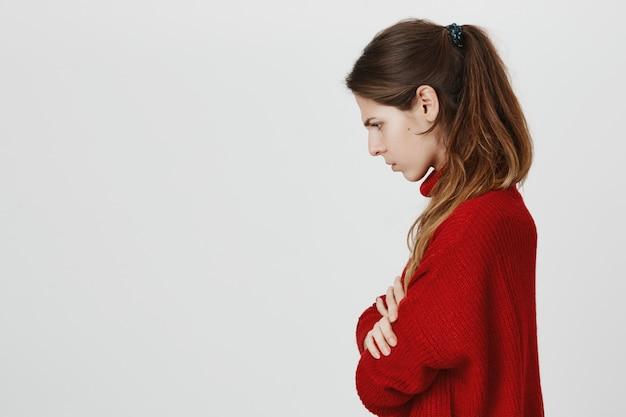 気違い怒っている女の子、胸を組んで、胸をしかめのプロファイル