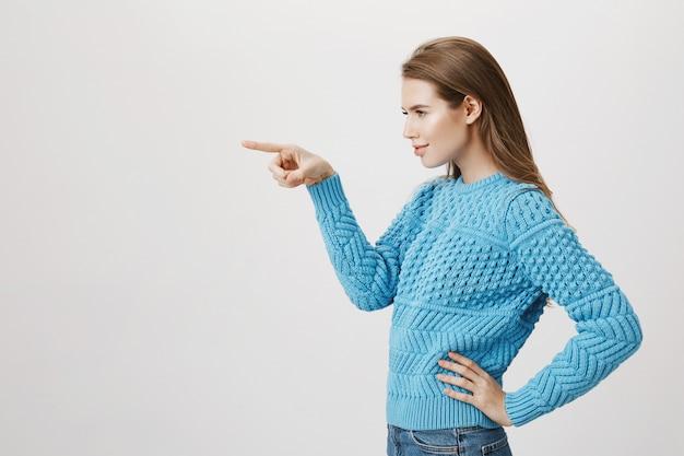 左に指を指す女性顧客のプロファイル、ピッキング