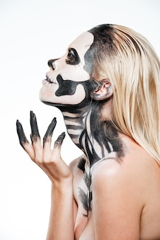 白い背景の上の威圧的なハロウィーンのメイクと女性のプロフィール