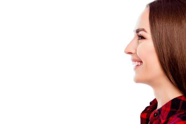 Профиль молодой веселой улыбающейся женщины, изолированной на белом пространстве